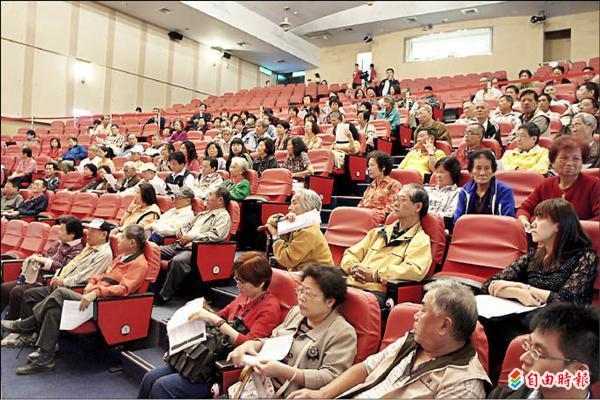 公聽會現場來了許多民眾,對於竹頭公廟遷移一事,都相當關切。(記者賴筱桐攝)
