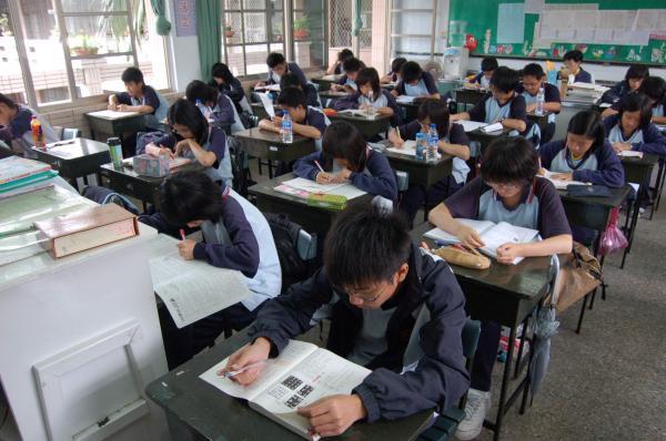 家扶基金會一項報告指出,青少年壓力的主要來源是課業,其中逾15%的孩子曾有輕生念頭。(本報資料照,記者花孟璟攝)