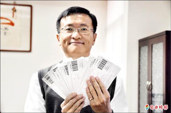 紅樹林有線電視總經理王建文出示簽回一百四十五封中獎者回執,但仍有七十八封未簽回。(記者黃其豪攝)