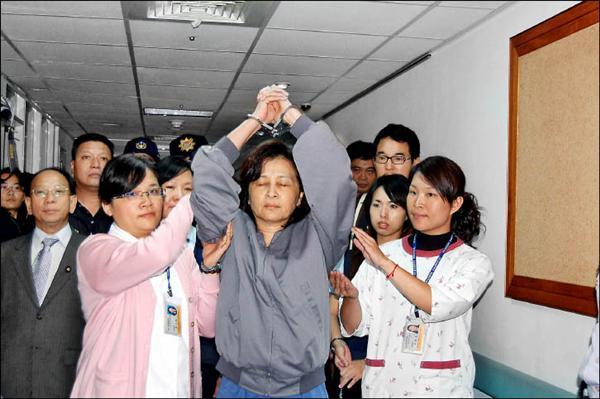 雲林縣長蘇治芬因璟美案被控收賄,最高法院昨判決蘇無罪定讞。圖為當時蘇治芬(中)因絕食戒護就醫,高舉雙手抗議司法不公的畫面。(資料照)