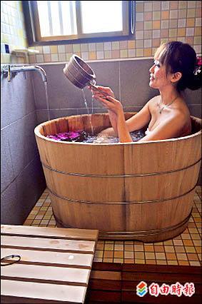 台糖花蓮旅館的浴室裡有檜木浴桶。(記者花孟璟攝)