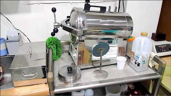 新北市衛生局去年在瑞芳民宅查獲密牙醫為民眾進行牙齒診療業務,現場有製造假牙的器械。(新北市衛生局提供)