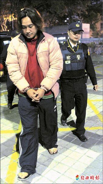 前La New熊隊投手許文雄當「山老鼠」被逮,昨天晚間被移送高雄地檢署。(記者黃志源攝)