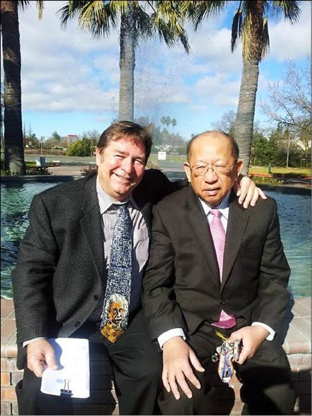 全美傳奇人物威廉斯(左)與救了他性命和人生的台灣旅美醫師陳榮良合影。(圖由威廉斯提供)