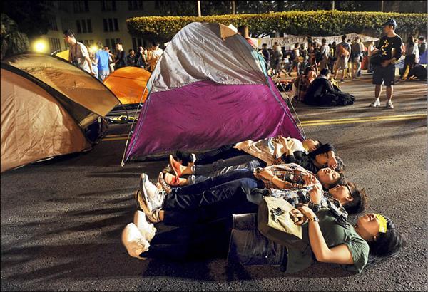 309廢核遊行活動昨日盛大展開,不少民眾晚間露宿在凱達格蘭大道,以行動表達反核立場。(記者羅沛德攝)
