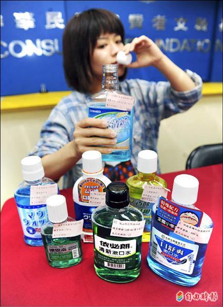 消基會昨公布漱口水抽樣,發現白人漱口水含成藥,另有六件商品PH值低於五,若長期使用,可能危害健康。(記者羅沛德攝)