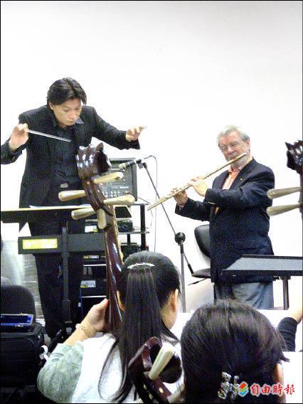 指揮家溫以仁(左)與世界知名長笛家詹姆斯高威合作。(資料照,記者趙靜瑜攝)