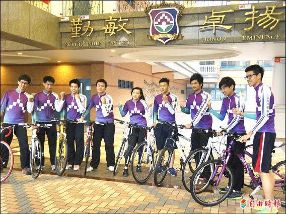 康橋雙語學校昨天舉行二○一三年「築夢康橋.壯遊台灣」單車環台誓師大會,約二百五十名十年級學生將在十五日展開為期十二天、共一千公里的單車環台活動。(記者謝佳君攝)