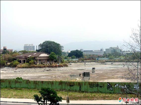 在附近多處大樓興建及鐵路高架工程大量抽取地下水的情況下,台糖舊址的大水池已近枯竭。(記者林良哲攝)