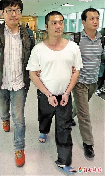藏身中國的「戀愛剝皮詐騙集團」首腦宋毅夫,昨天將他押返。(記者姚介修攝),