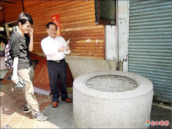 金龍文教基金會董事長蔡榮順(右)研究找出紅毛井相關史實,並熱心向來參觀的遊客說明。(記者余雪蘭攝)