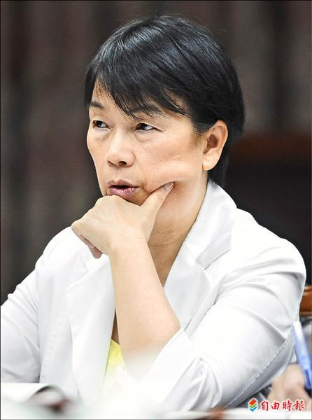 文化部長龍應台昨在立法院表示,上任以來,她最不滿意公視董監事難產問題迄今無法得到解決,甚至批評董事會難產事件已是台灣最大的國際醜聞。(記者張嘉明攝)