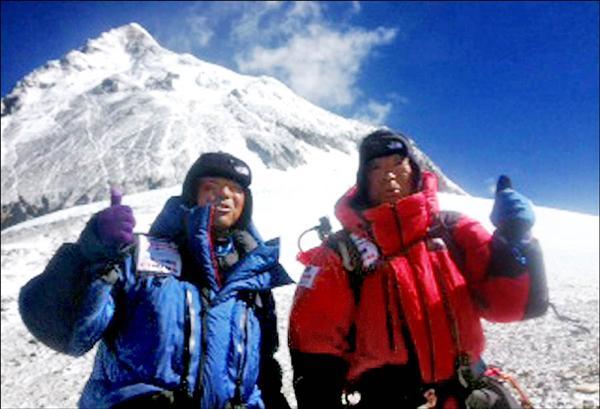 日本登山家三浦雄一郎(右)在43歲的次子豪太(左)陪同下,23日中午成功攀登世界最高峰聖母峰,以80歲高齡再度刷新最年長登頂者的世界紀錄。(法新社)