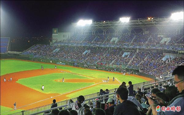 中華職棒本季開賽以來,桃園國際棒球場每場球賽吸引大批球迷進場觀戰。(記者李容萍攝)