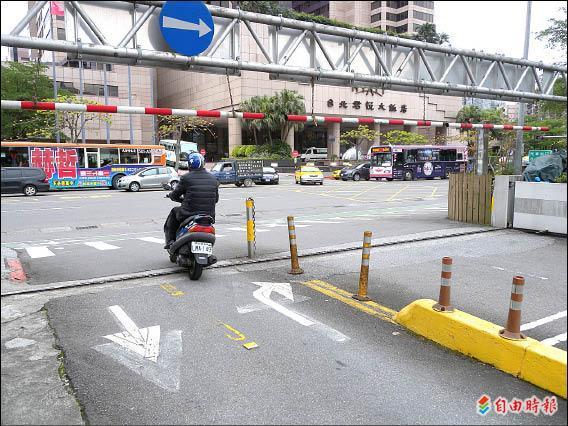 府前停車場松壽路出口標線劃設不佳,只為汽車著想,讓機車騎士無所適從。(記者吳亮儀攝)
