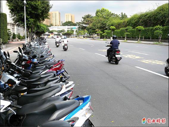 單行道兩側有機車停車區,但若要停車或離開,騎士得「被迫」騎上禁行機車道。(記者吳亮儀攝)