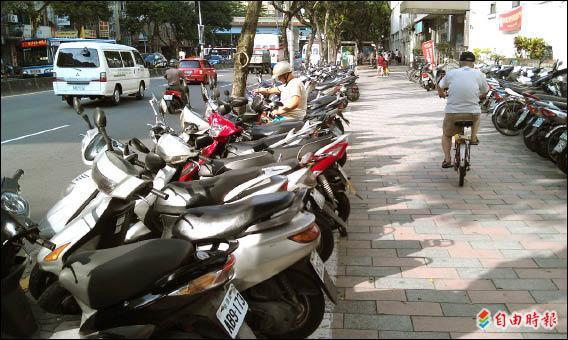人行道上常可見有劃設機、慢車停車位,但若騎上人行道停車,恐遭罰六百元。(記者吳亮儀攝)