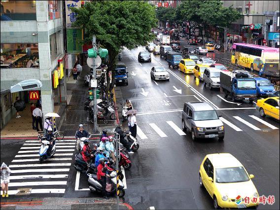 基隆路、光復南路口,三興國小前機車待轉區太小,常遭詬病。(記者吳亮儀攝)