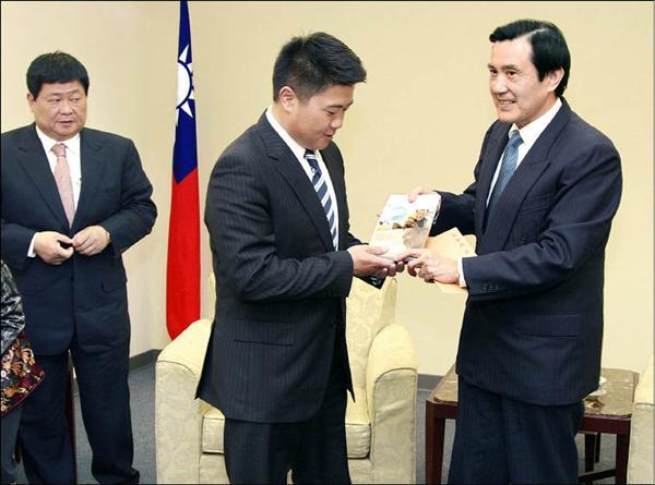 圖為今年一月底,顏清標(左)帶著剛贏得立委補選的兒子顏寬恒,到國民黨中央拜見馬英九總統的情景。(資料照,國民黨提供)
