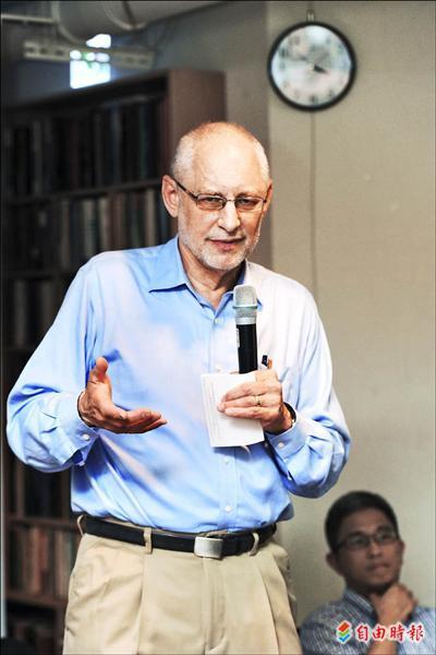 美國哥倫比亞大學政治學教授黎安友昨日出席「尋求安全感的中國」新書發表會,以詼諧的口吻和讀者分析中國局勢。(記者羅沛德攝)