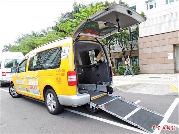 無障礙計程車的長、寬、高都有特殊要求,斜坡板可讓輪椅族直接搭輪椅入內,不必仰賴他人攙扶。(記者林相美攝)
