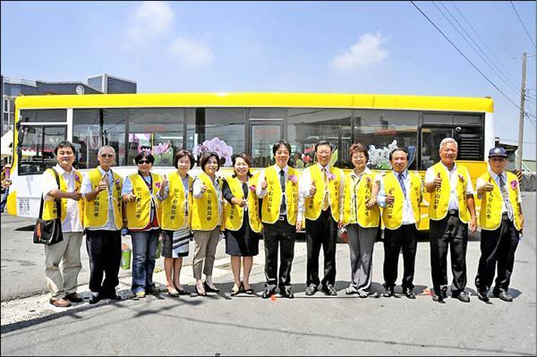 大台南公車黃幹線(麻豆─白河)開通,市府和客運公司代表呼籲民眾踴躍搭乘。(記者黃博郎攝)