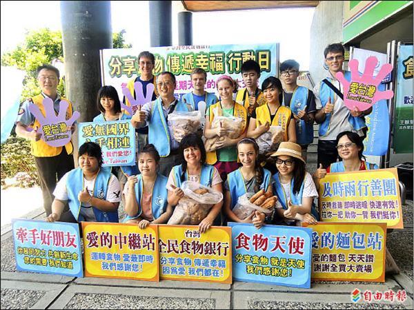 台灣全民食物銀行協會嘉義站昨天成立。(記者丁偉杰攝)