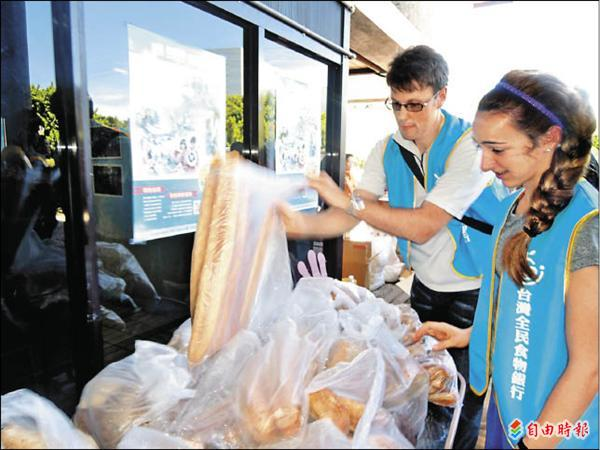 來自各國的國際志工參與「分享食物、傳遞幸福」行列。(記者丁偉杰攝)