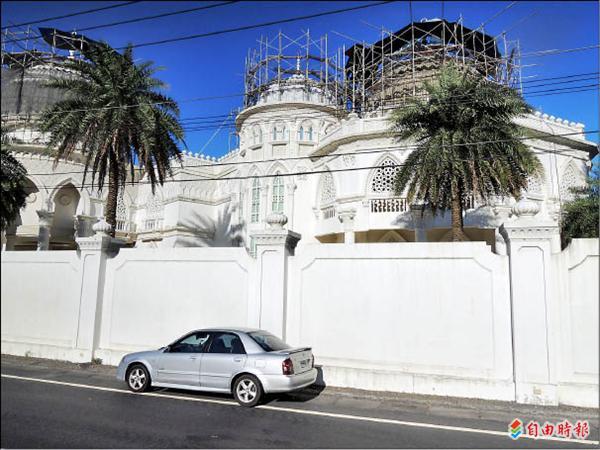 一般人只能從圍牆外眺望圍牆內的建築外觀。(記者胡健森攝)