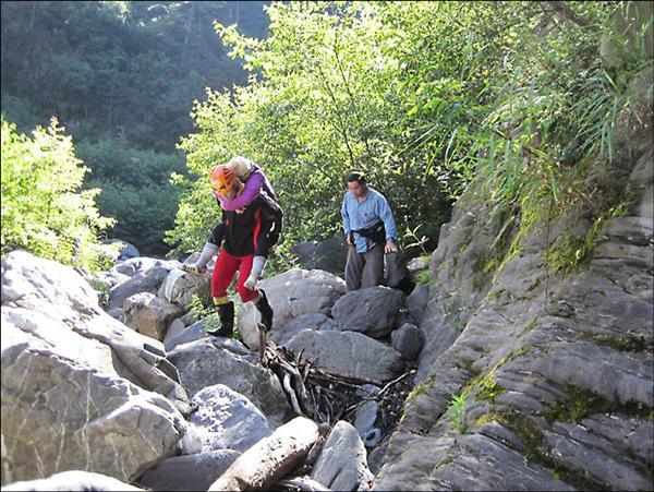 新生醫專老師黃有川(前背人者)參加磐石救難隊,成功救出10名登山受困者。(記者周敏鴻翻攝)