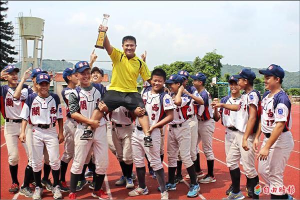 新竹縣關西國中棒球隊成軍三年日前在紅葉少棒隊的故鄉首次嚐到摘冠的甜蜜。(記者黃美珠攝)