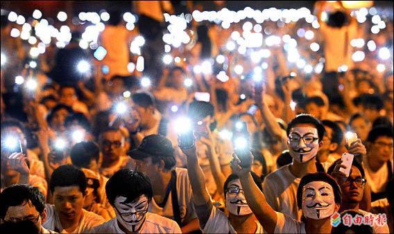 ▲昨在凱達格蘭大道的萬人送仲丘晚會結束時,現場燈光熄滅,民眾以手機的亮光,為洪仲丘默哀。(記者張嘉明攝)