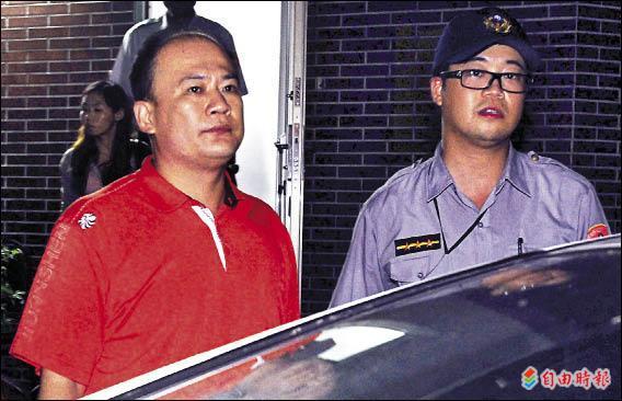林安順外甥賴大為(左),昨天下午到最高法院大廳潑漆抗議遭警方逮捕。(記者王藝菘攝)