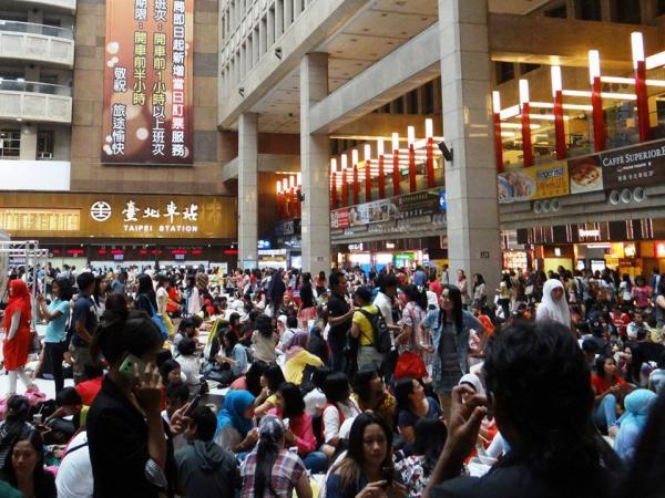 昨天是伊斯蘭教開齋節後的第一個週日,台北車站湧入3萬多名外勞慶祝,聊天、拍照、野餐。(圖擷取自翁惠平臉書)
