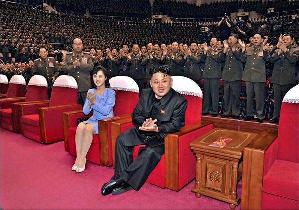 北韓六月修改「十大原則」,確立金氏家族的政權世襲制。圖為北韓領導人金正恩與夫人李雪主。(法新社)