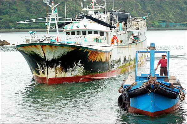 發生海上喋血的蘇澳籍漁船「特宏興368號」(圖左),昨天返抵蘇澳港。(記者楊宜敏攝)