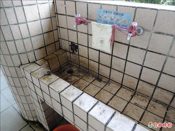 台南市南寧高中校長李俊賢,倒片鹼清理教室外洗手台時,水管突然爆裂,熱氣及強鹼液體飛濺,灼傷校長臉部。(記者吳俊鋒攝)