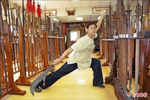 林昌湘搜集超過三千件兵器,精通兵書、拳法、刀法。(記者賴筱桐攝)
