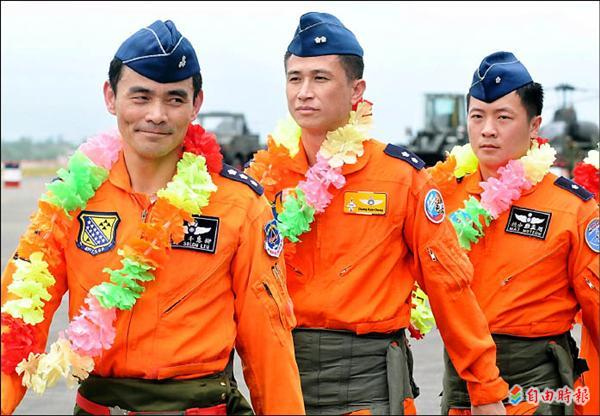 空軍花蓮基地政戰主任柳惠千上校(左一),曾是國內最資深的特技飛行員,經常率隊擔綱演出。(記者游太郎攝)