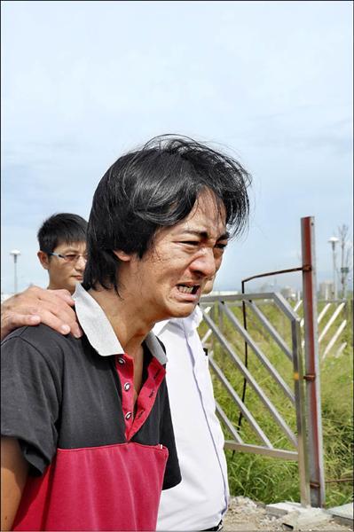 張森文的兒子張元豪在橋上一眼認出父親的穿著、身形,哭喊:「那就是爸爸呀!」(記者彭健禮攝)
