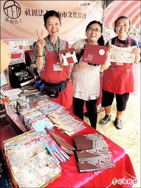 台南市文化協會成員發揮製衣、打版專業能力,製作出具有在地文化元素的文創布製產品。(記者林孟婷攝)