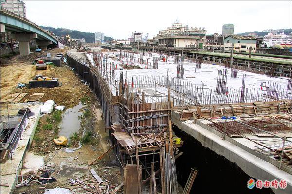 隆火車站新站圓孤線處原本規劃將保留作軍用戰備鐵路。(記者盧賢秀攝)