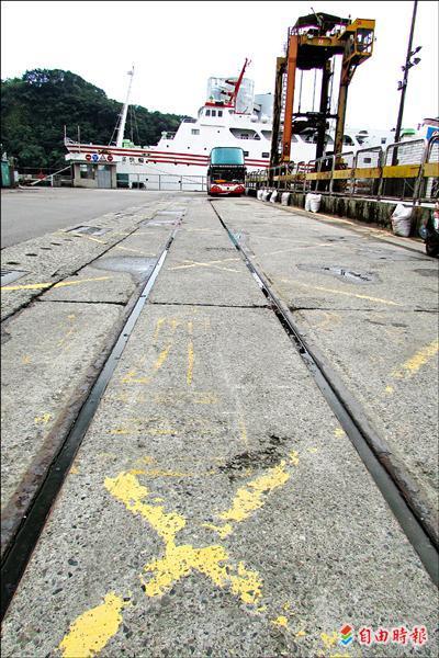 基隆港周邊臨港線鐵道只剩下通往西四碼頭的軍用戰備鐵路。(記者盧賢秀攝)
