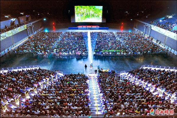 繼《賽德克.巴萊》上、下集聯映會後,高雄巨蛋再度舉辦萬人看國片,紀錄片《看見台灣》的票房同樣完售。(記者張忠義攝)