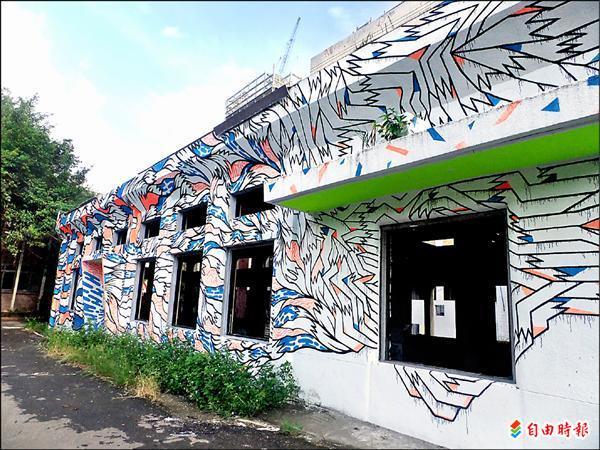 南港瓶蓋工廠閒置期間,吸引許多國內外知名的塗鴉藝術家在此創作。(資料照,記者施致如攝)