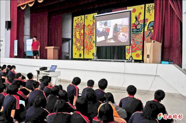 圖為美崙國中學生在禮堂看性別平等教育影片。(資料照,記者花孟璟攝)