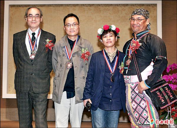 吳三連獎得獎人音樂家曾興魁(左起)、詩人(鴻鴻)閻鴻亞、攝影家張詠捷、小說家(巴代)林二郎合影。(記者胡舜翔攝)