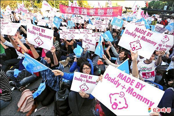 昨日在凱道舉行的「為下一代幸福讚出來」遊行,有數萬位民眾參加。(記者王敏為攝)