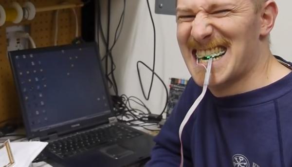 克羅斯諾發明了一款有趣的舌控滑鼠。(圖擷取自Youtube)