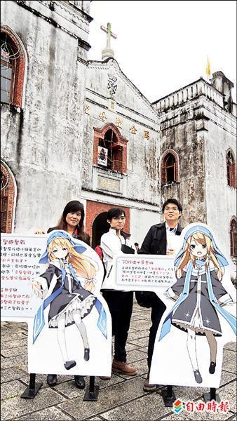 屏科大學生楊家宇(右)、林俊毅(中)等人,為萬金耶誕季創造動漫代言人「迷路小瑪」。(記者羅欣貞攝)
